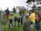 Der Referent zeigte genau vor Ort wie Obstbäume richtig geschnitten und gepflegt werden