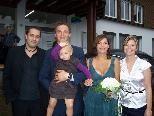 Die Jungvermählten mit ihrer Tochter und den Trauzeugen.