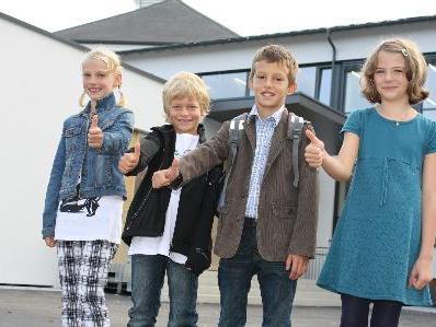 Die Kinder freuen sich über ihre neue Schule