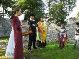 """Gestern fand auf der Sigburg eine Probe zur """"kleinen Zauberflöte"""" in den Bühnenkleidern statt"""