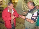 Josef Suitner (li. im Bild) wird von Augusto Clerici mit einem Schnäpsle versorgt