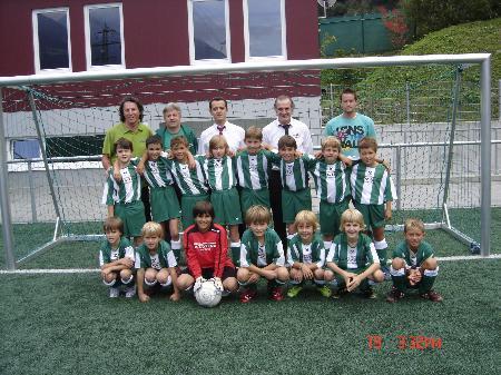 Obmann Fredi Rudigier, Trainer Dolfi Berger, Hannes Wittwer mit dem Dress - Sponsor Francesco und den Jungs der U 11.