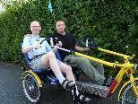 Projektleiter Benjamin Meßmer geht mit Hermann auf Fahrradtour.