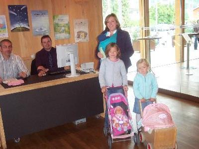 Sylvia Burtscher mit ihren drei Kindern Emma, Lena und Linus.