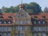 Wie ein Schloss thront das Institut St. Josef über die mittelalterliche Stadt