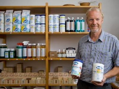 Wolfgang Winter produziert Waschmittel nach traditioneller Rezeptur.