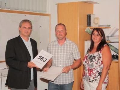 Übergabe der Unterschriften an: Bürgermeister Mag. Harald Sonderegger, durch die Sprecher der Bürgerinitiative Jürgen Hartmann und Kerstin Susat.