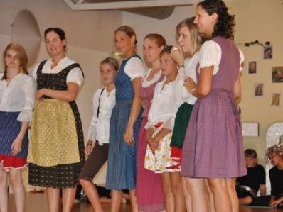 69 Tanz- und Gesangsbegeisterte stehen für das Musical auf der Bühne.