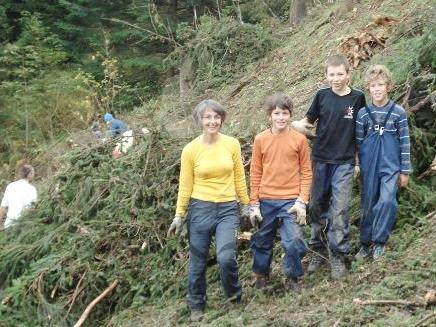AV-Mitglieder bei Aufräumarbeiten im Kugelwald.