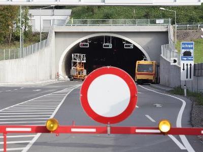 Achraintunnel wieder gesperrt. Warum? FP, Grüne wollen Info. LR kündigt Prüfung an.