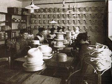 Arbeiterinnen in der Hutfabrik in Egg