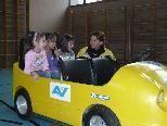 Bei der Fahrt mit einem kleinen Elektroauto wurden den Kindern aufgezeigt, dass Anschnallen überlebensnotwendig ist.