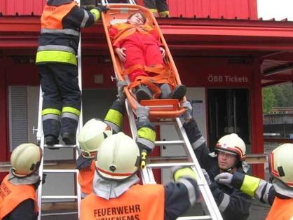Bergung von Verletzten aus dem Bahnhofsgebäude.