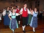 """Bild: Jung und Alt genießen sichtlich das Volkstanzfest """"Kathreintag""""."""