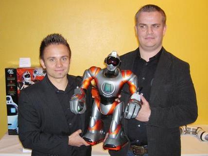 Daniel Ströhle und Christian Sommer (r.) mit einem Spielzeugroboter.
