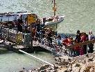 Das Boot bringt die Gruppe über den See