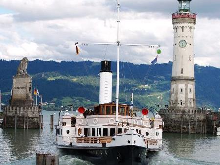 """Die """"Hohentwiel"""" in der Hafeneinfahrt in Lindau"""