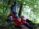 Die Kinder genießen die Zeit in der freien Natur.