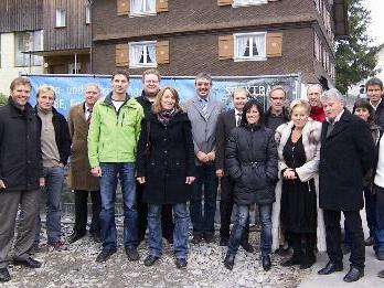 Die Vertreter der Egg Investment GmbH mit den zukünftigen Geschäfts- und Wohnungseigentümern.