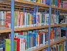 Die vielen Bücher im Hintergrund beflügeln die Schreiberlinge