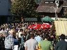 Ein Menschenmeer auf dem Markplatz wo normalerweise der beliebte Wochenmarkt stattfindet
