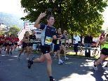 Erwin Vögel bei Kilometer 10 noch immer in toller Stimmung und gutem Tempo.