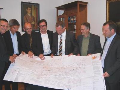 Foto (von links): StR Mag. Roland Frühstück, Ing. Egon Hajek (Prisma), Mag. Gerhard Werlberger (ÖBB), DI Bernhard Ölz (Prisma), Bürgermeister DI Markus Linhart, Vizebürgermeister