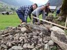 Großes Interesse beim Trockenmauerkurs an der historischen Via Valltelina in Galgenul.