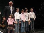Günther Lutz und seine Enkelkinder stimmen auf  Weihnachten ein.