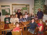 Helene Mira mit ihren jungen Schachschülern.