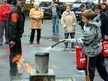 Hier kann jeder einmal die  praktische Anwendung eines Feuerlöschers erproben