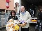 Joe Fritsche (l.) und Pfarrer Franz Winsauer sammeln Öl und Mehl für Albanien.
