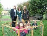 Kindergartenleiterin Tamara Steckermeier (Mitte) brachte zur Freude der Kinder ihre eigenen Kaninchen für das Projekt ein.