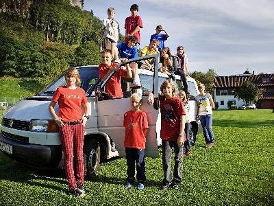Mit dem Erlös der Charity-Auktion soll ein neuer Bus für das Vorarlberger Kinderdorf gekauft werden.