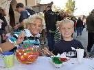 Oma Gabi und Enkel Yannick versuchen sich am Kürbismalen.