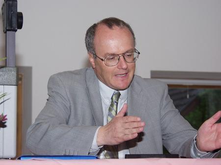 Reinhard Haller referiert in Nüziders.