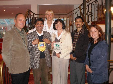 Sieghard Köberle, Ram Chandra Paudel, Marion Netzer,  Präsidentin des Lions Club Silvretta Anni Loos und Daniela Juen bei der Unterzeichnung der Patenschaft.