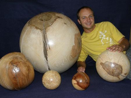 Stefan Andreatta stellt in der Raiba Bludenz Holzkugeln aus.