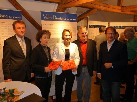 Stiftsarchivar Peter Erhard, Regierungsrätin Kathrin Hilber, Landesrätin Andrea Kaufmann und die Bürgermeister Harald Sonderegger und Florian Kasseroler