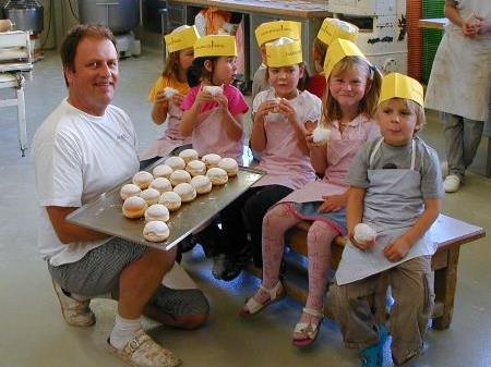 Viel Spaß hatten die kleinen Bäcker in der Backstube