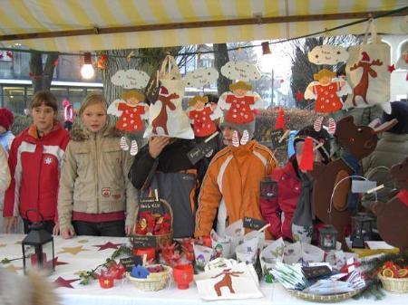 Adventmarkt auf dem weihnachtlich beleuchteten Schulplatz der VS Kirchdorf.
