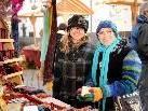Anita und Margit bei ihrem Bummel durch den Markt.