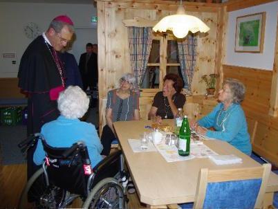 Bischof Elmar Fischer nahm sich Zeit für die BewohnerInnen des SeneCura Sozialzentrums Lauterach.