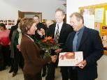 Blumen und Süßes für Kindi-Leiterin Angelika Felder von Bgm. Richard Amann und StR. Horst Obwegeser