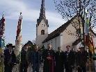 Dekan Paul Solomon, Bischof Elmar Fischer, Ewald Hopfner, Kaplan Ronald Stefani mit Fahnenabordnungen