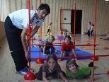 Den Kindern macht das Training mit Schispringer Baltas Schneider sichtlich Spaß.