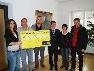 Der Scheck von 1100 Euro wird übergeben.