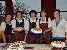 Die Bäuerinnen verköstigten mit selbst gebackenen Kuchen und Torten.