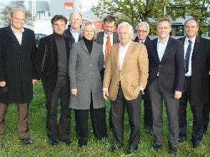 """Die Gesellschafter """"Bio-Nahwärme Lauterach GmbH & Co KG"""" auf dem Bauplatz im Lauteracher Industriegebiet"""