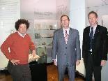 Dir. Hanno Loewy (l.) und Bgm. Richard Amann (r.) mit Botschafter Aviv Shir-On im Jüdischen Museum.